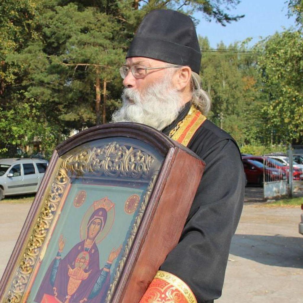 Pendeta Ortodoks Rusia Siram 70 Liter Air Suci Lewat Udara