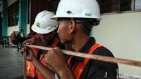 Pemasangan penyaring udara di SDN Cilincing 04 Pagi tersebut dilakukan oleh para siswa SMK Negeri 4 Jakarta jurusan pembangunan yang sedang dalam praktik kerja lapangan.
