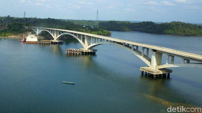 Penajam yang telah ditetapkan sebagai calon pengganti ibu kota ternyata memiliki jembatan dengan panorama yang indah berikut potretnya dari ketinggian.