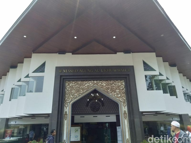 Inilah Masjid Al Ukhuwah di Bandung. Letaknya di Jalan Wastukencana, persis di seberang Balai Kota Bandung. Dahulu di sini berdiri Gedung Setan. (Dony Indra Ramadhan/detikcom)