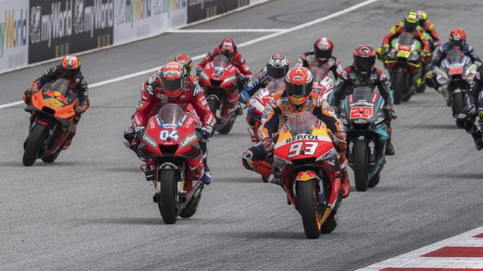 SPIELBERG, AUSTRIA - AUGUST 11: The MotoGP riders start from the grid during the MotoGP race during the MotoGp of Austria - Race at Red Bull Ring on August 11, 2019 in Spielberg, Austria. (Photo by Mirco Lazzari gp/Getty Images)