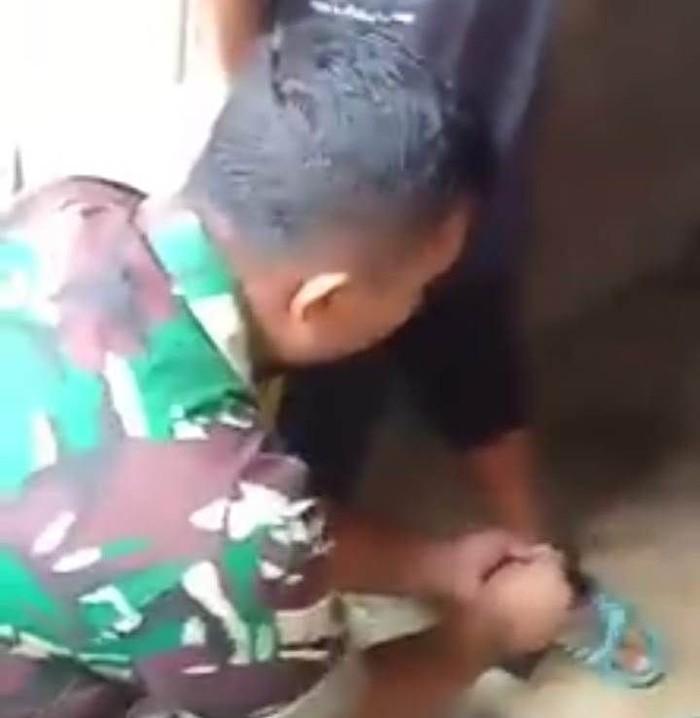 Foto: Babinsa saat menemukan bocah di Lhokseumawe, Aceh yang dipaksa mengemis ortunya (Foto: Dok. Istimewa)