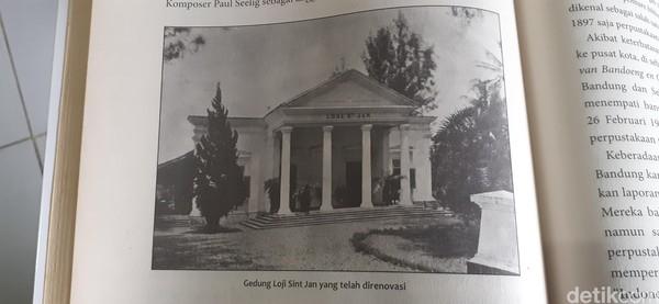 Begini penampakan asli Loji Saint Jan di zaman dulu. Potret ini bisa dilihat di buku Okultisme di Bandoeng Doloe. (Dony Indra Ramadhan/detikcom)