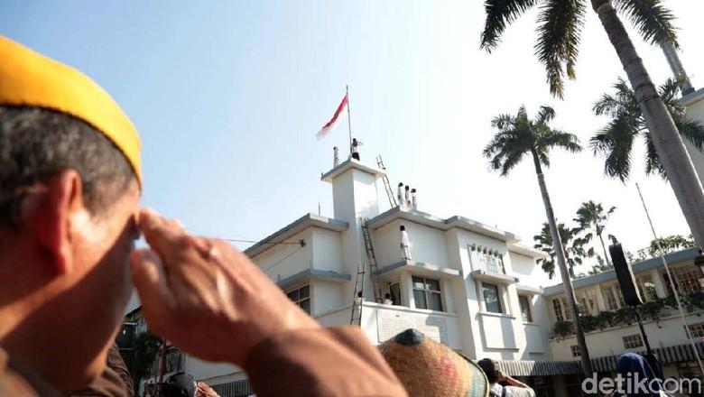 Pemkot Surabaya menggelar acara refleksi perobekan bendera Belanda di Hotel Majapahit, Surabaya, Kamis (19/9). Begini momennya.
