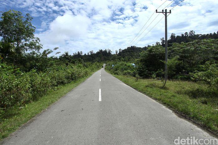 Pulau Simeulue, Aceh, merupakan salah satu pulau terluar Indonesia. Meski begitu, pembangunan infrastruktur di kawasan tersebut tak berarti tertinggal. Hal itu dapat dilihat dari mulusnya jalan di pulau tersebut.