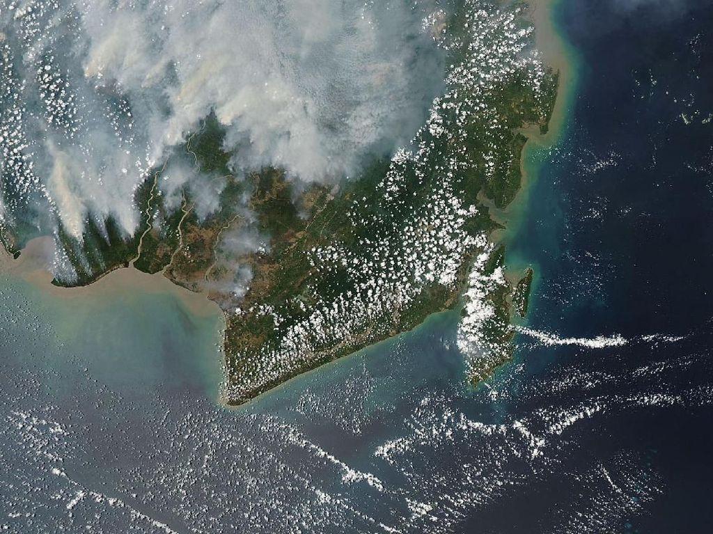 Moderate Resolution Imaging Spectroradiometer (MODIS) dari Satelit Aqua milik NASA memotret Kalimantan pada tanggal 15 September 2015. Hanya Kalimantan Selatan yang agak mendingan (dok NASA)