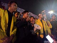 Suasana di luar gerbang gedung DPR