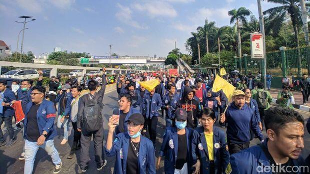 Massa Demo Tolak RUU KUHP di DPR Tutup Jalan, Lalin Gatsu arah Grogol Padat
