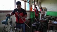 Sejumlah siswa SMK tengah menyiapkan sejumlah alat untuk memasang penyaring udara di SDN Cilincing 07 Pagi, Jakarta.