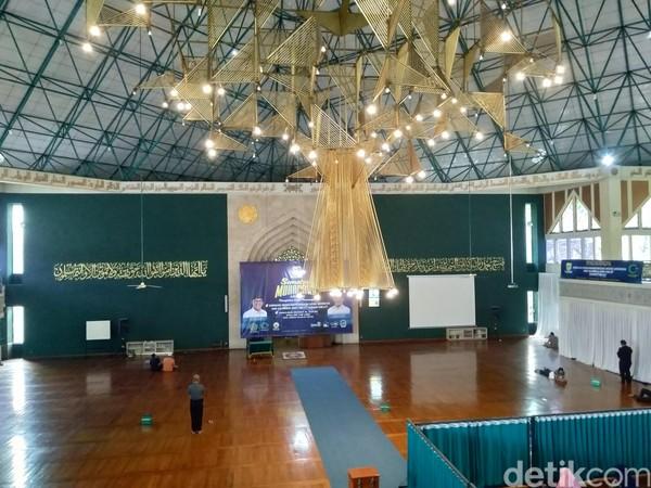 Interior Masjid Al Ukhuwah. Menurut Ketua harian DKM Masjid Al Ukhuwah M Sidiq Hasan, masjid ini dibangun pada tahun 1998. (Dony Indra Ramadhan/detikcom)