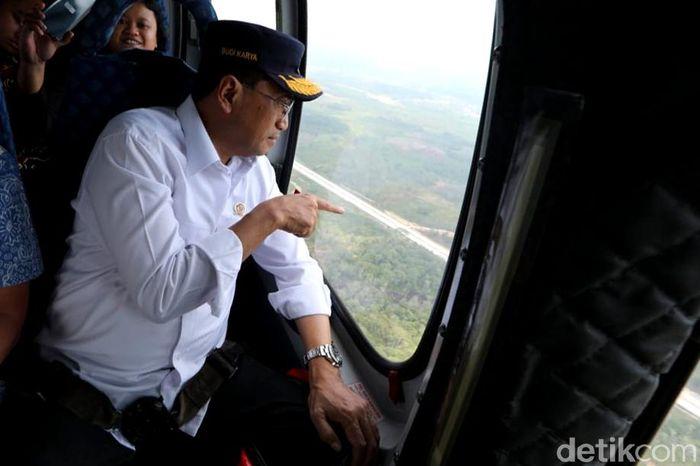 Helikopter lepas landas dari Bandara SAMS Sepinggan di Balikpapan, Kaltim.