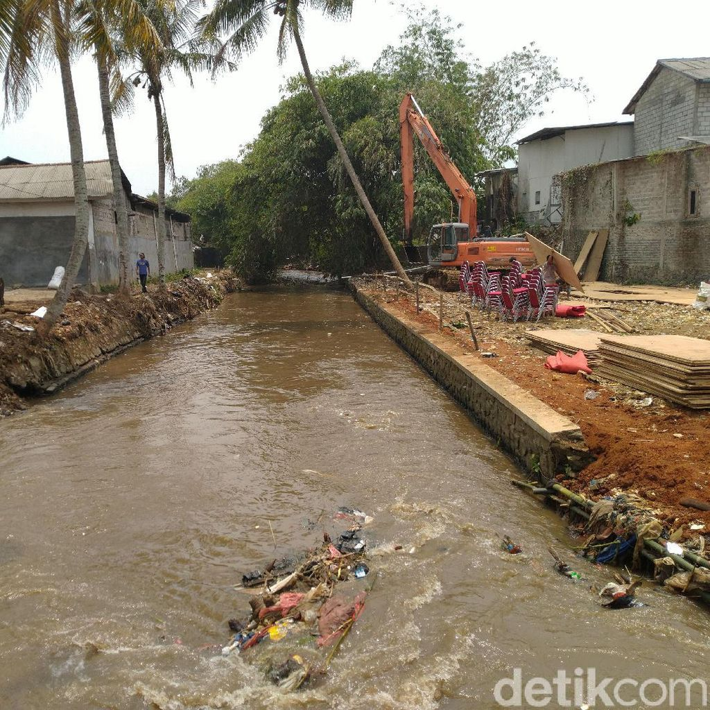 Dinas LH Bogor Bersihkan 305 Ton Sampah di Sungai Cipakancilan