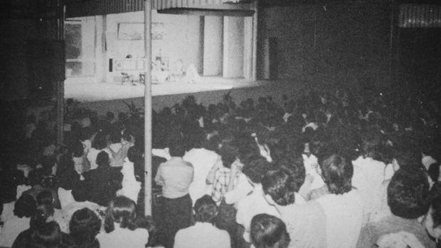 Gedung Srimulat Jakarta yang digunakan untuk tampil pertama kali. Kala itu setiap srimulat tampi kursi penonton terisi padat.