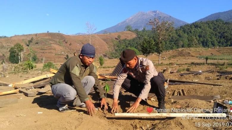 Warga setempat yang menanam pohon (dok BTNGR)