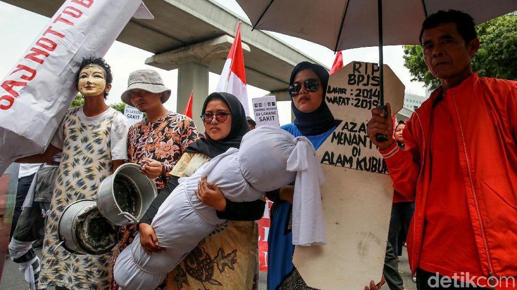Aksi Teatrikal Ramaikan Demo di Depan Gedung Kemenkes