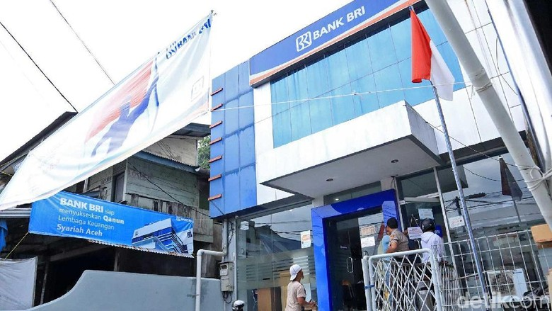Warga yang mengantre ATM di Bank BRI Sinabang (Randy/detikcom)