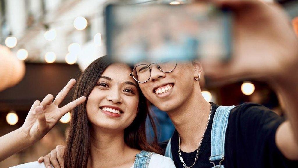 Alasan Pose Pria Selalu Sama dan Pelit Senyum saat Selfie