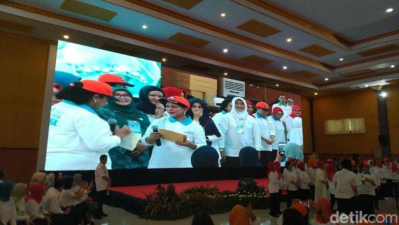 Iriana Jokowi Bagi-bagi Sepeda Sembari Edukasi Sampah Plastik