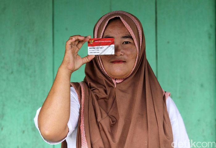 Linda merupakan salah satu warga dari Desa Malasin, Simeulue Barat, yang mendapatkan bantuan dari pemerintah melalui Program Keluarga Harapan (PKH).