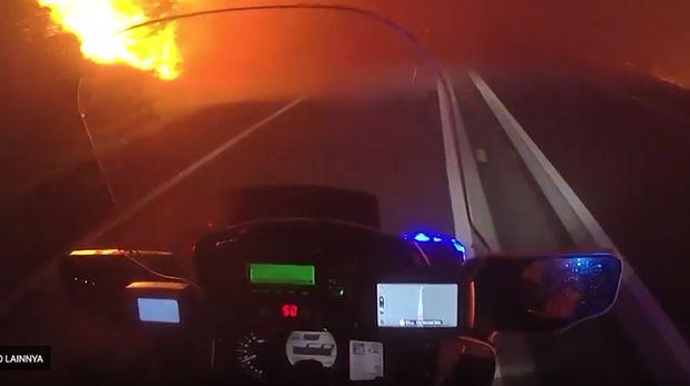 Evakuasi Warga, Polisi Terobos Kebakaran Hutan Pakai Motor