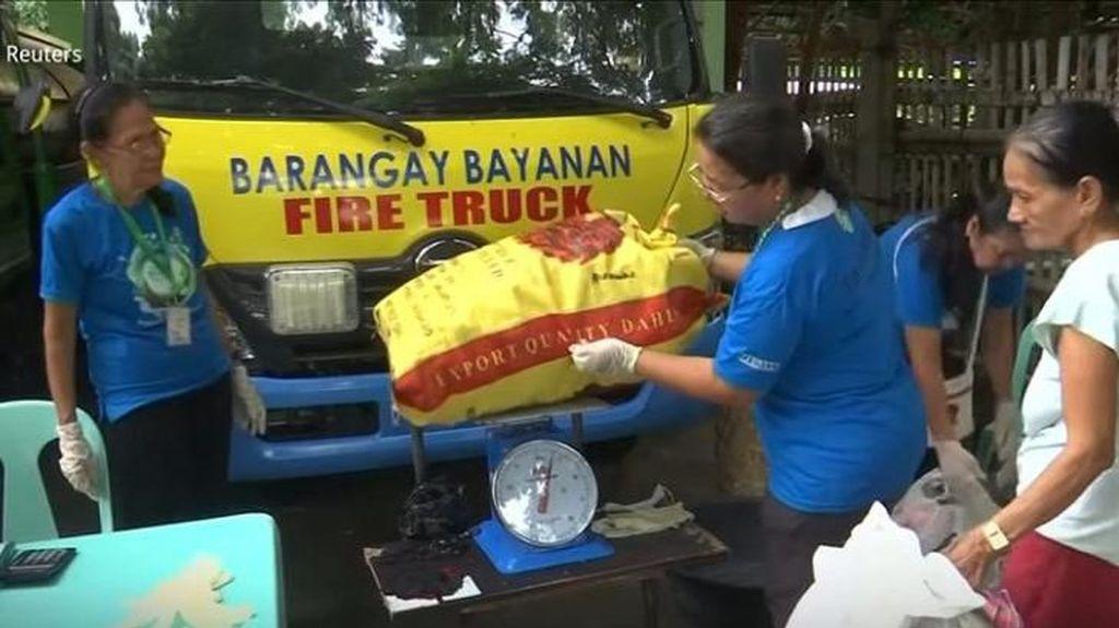 Desa di Filipina Adakan Program Tukar Sampah Plastik dengan Beras Gratis