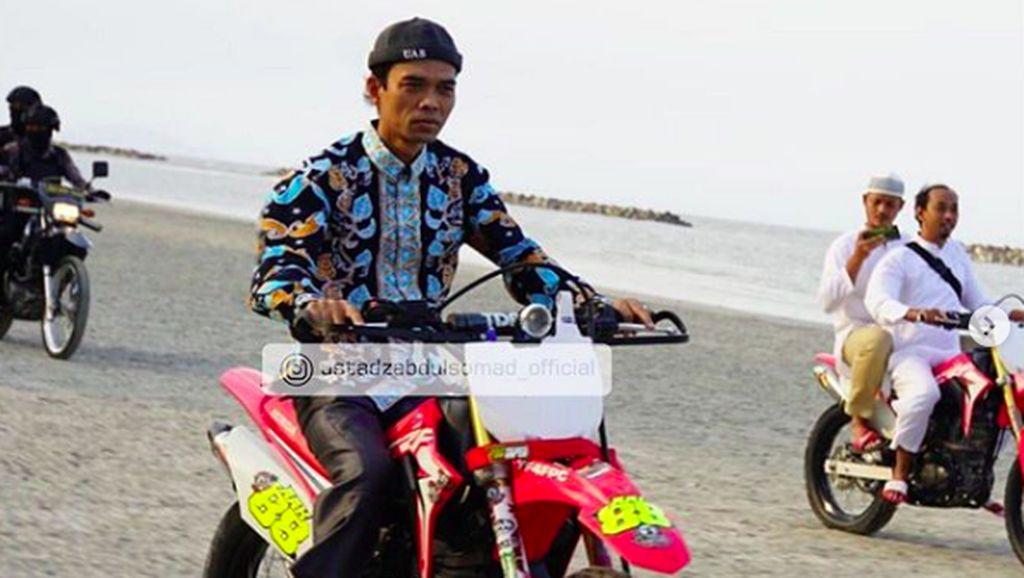 Mahirnya Ustaz Abdul Somad Geber Motor Bebek hingga Trail