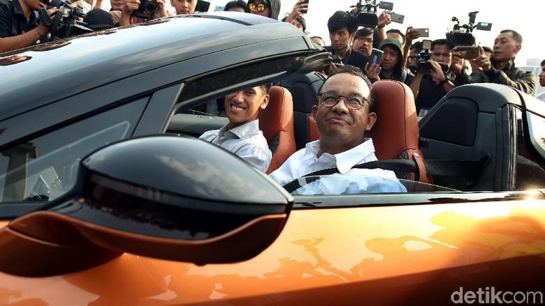 Gubernur DKI Jakarta Anies Baswedan memimpin konvoi mobil listrik dari GBK ke Monas, Jakarta, Jumat (20/9/2019). Anies konvoi menggunakan mobil listrik BMW i8.