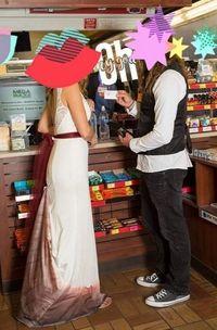 Gaun pengantin wanita dikritik karena terlihat seperti noda darah mensturasi