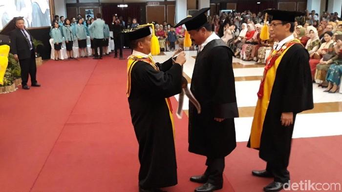 UNS memberi Panglima TNI Marsekal Hadi Tjahjanto gelar doktor honoris causa. (Bayu Ardi Isnanto/detikcom)
