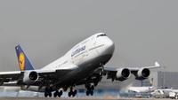 Sejak 4 Mei, pihak Lufthansa Group telah mewajibkan penumpangnya untuk memakai masker. Aturan itu pun juga berlaku untuk para pramugari maskapai tersebut (dok. Lufthansa)