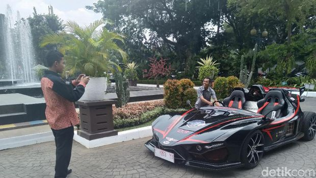 Mobil listrik ITS Lowo Ireng di halaman Balai Kota