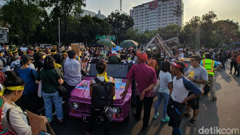 Massa Anak Muda Aksi di Depan Istana Tuntut Pemerintah Atasi Krisis Iklim