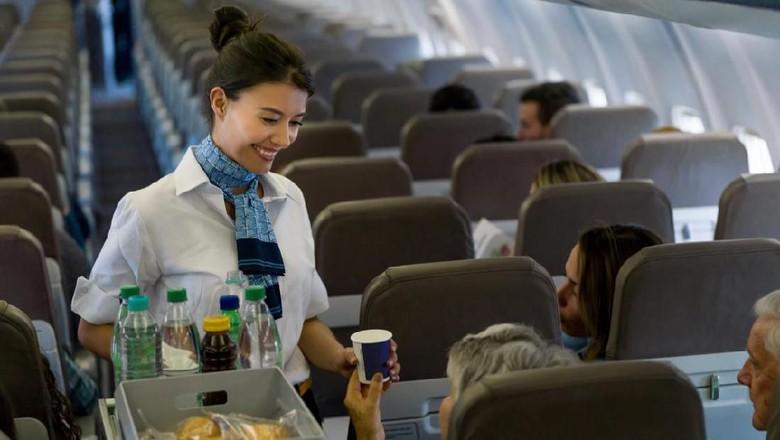 Ilustrasi sajian di pesawat oleh pramugari (iStock)