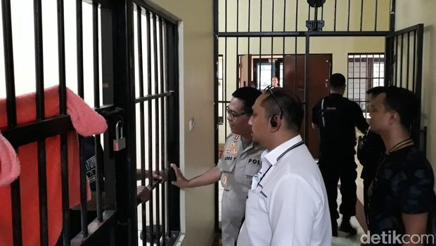 Kabid Humas Polda Metro Jaya Kombes Argo Yuwono mendatangi sel tersangka pengibar bintang kejora di Mako Brimob