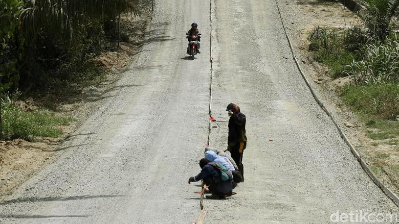 Perbaikan Jalan di Penajam, Tunjang Calon Ibu Kota Baru Foto: Dikhy Sasra