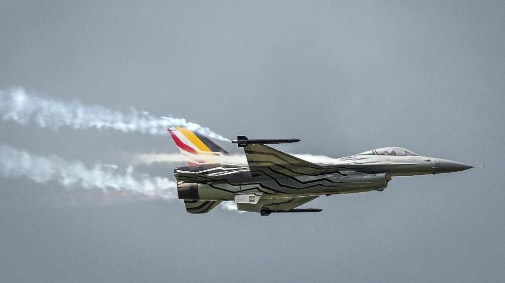 Jet Tempur F-16 Jatuh di Prancis, Pilot Nyangkut di Kabel Listrik
