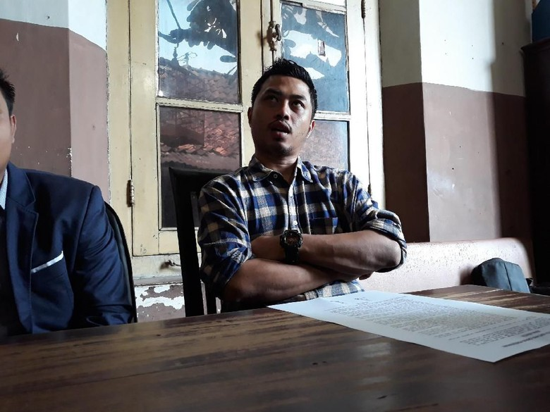 Foto: Pria yang bersama Xena Xenita di kamar Hotel, Nico Hadi saat memberikan keterangan. (Pradito Rida Pertana)