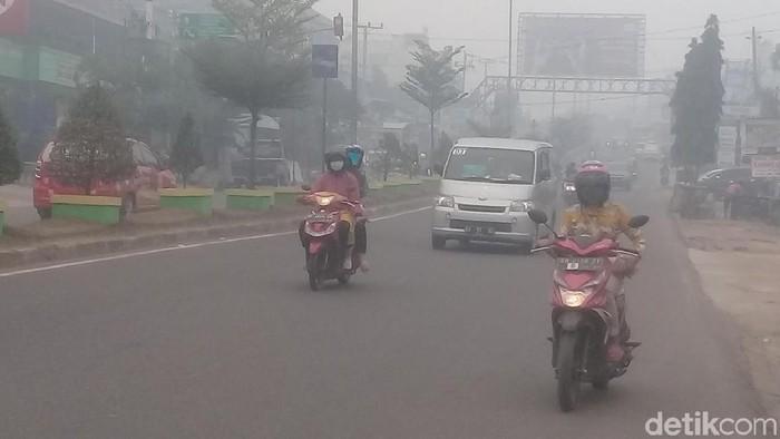 Asap kebakaran hutan dan lahan (karhutla) yang masih mengepung Sumatera dan Kalimantan. Foto: Ferdi Almunanda/detikcom