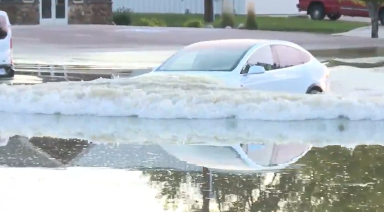 Tesla Model X menerobos banjir