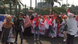 Emak-emak Demo di Depan Gedung DPR, Tolak Revisi UU KPK!