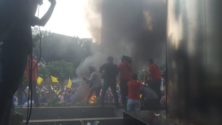 Demo Depan Gedung KPK Ricuh, Massa Beratribut PMII Dibubarkan Polisi