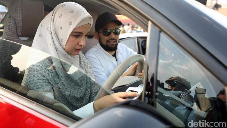 Shireen Sungkar dan Teuku Wisnu mencoba mobil listrik BMW i3s di Monas Foto: Rengga Sancaya