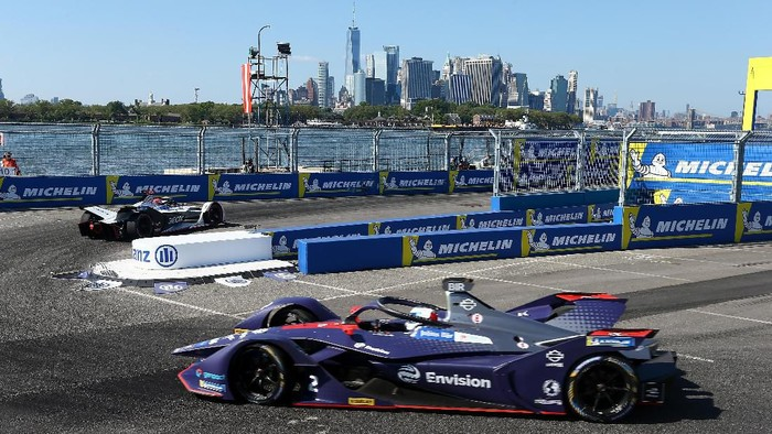 NEW YORK, NEW YORK - JULY 13: The Envision Virgin Racing Team driver Sam Bird competes during the New York E-Prix of Formula E Season 5 on July 13, 2019 in New York, USA. Cybersecurity giant Kaspersky is Official Sponsor of the Envision Virgin Racing team for the second consecutive year. Both grounded in technological innovation, Kaspersky and Envision Virgin Racing share similar vision and passion in bringing innovation to customers around the world, raising the awareness on this innovative and futuristic all-electric racing series.   Mike Stobe/Getty Images for Kaspersky/AFP