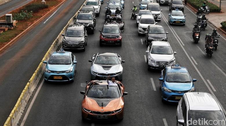 Konvoi kendaraan elektrifikasi membelah jalanan Jakarta beberapa waktu lalu Foto: Pradita Utama