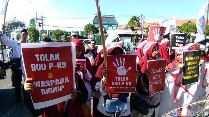 Puluhan mahasiswa yang demo tolak RUU PKS di Surabaya/Foto: Deny Prastyo Utomo