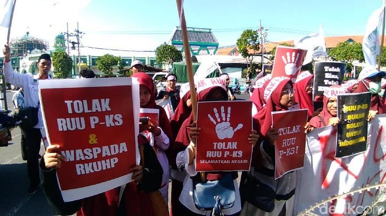 Puluhan Mahasiswa di Surabaya Desak DPRD Jatim Suarakan Tolak RUU P-KS
