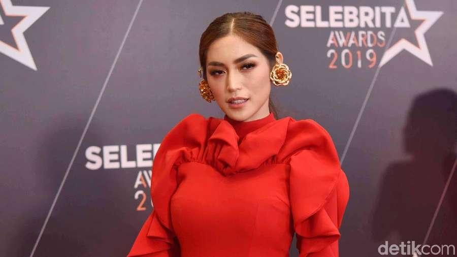 Jessica Iskandar Merah Merona