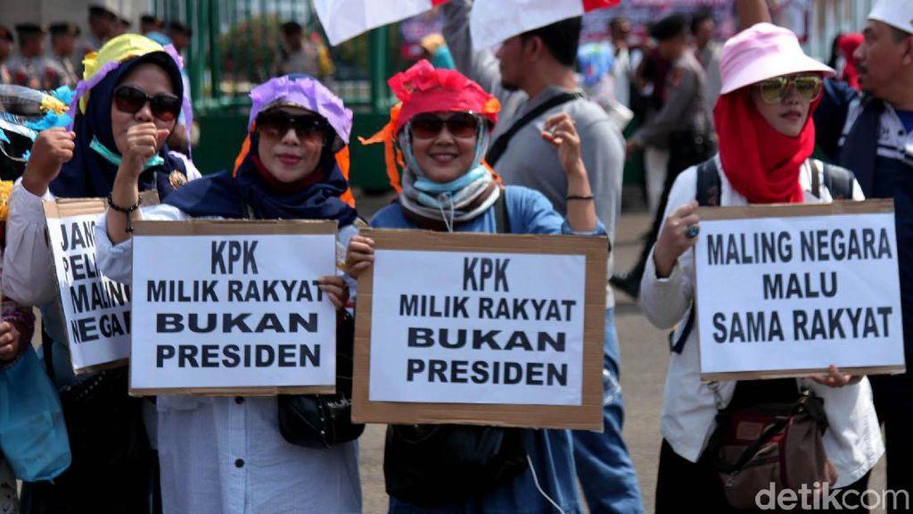 Emak-emak Demo Tolak RUU PKS dan Pelemahan KPK di DPR