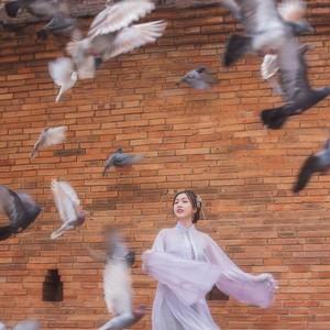 Demi Anak, Wanita Ini Jadi Pengusir Burung di Balik Foto Ala Selebgram