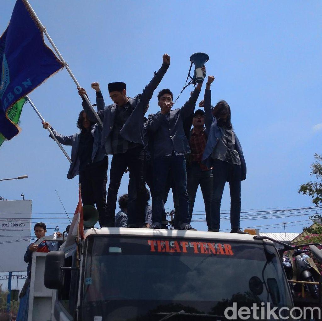 Penyanderaan Truk Warnai Aksi Penolakan UU KPK Baru di Cirebon